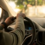 Devenir chauffeur Uber : salaire, formation et démarches nécessaires