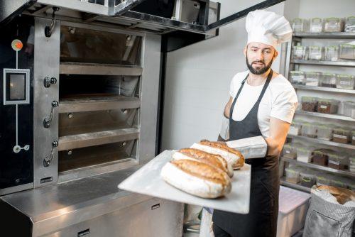 Un boulanger qui produit du pain