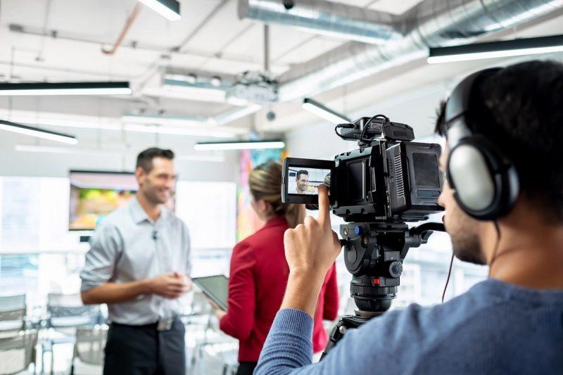 Un journaliste qui réalise un interview