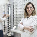 Opticien-lunetier : formation, missions et salaire